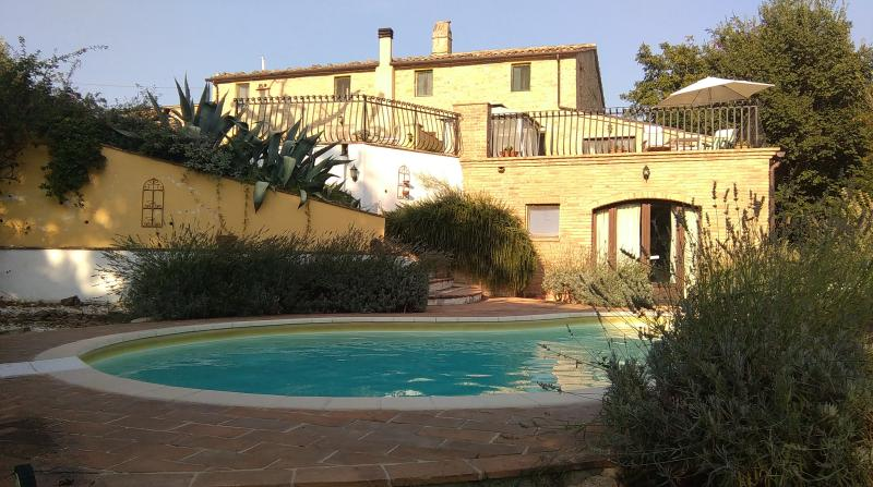 Farmhouse with jacuzzi pool and magnificent views., vacation rental in Montefalcone Appennino