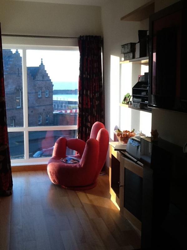 una vista desde sala de estar delante con el puerto y del ayuntamiento de fondo