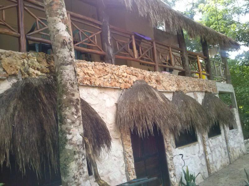 Casa principal: terraza con 2 habitaciones
