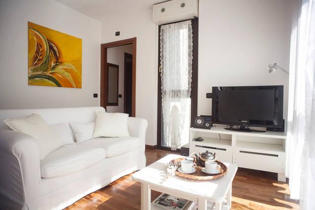 Soggiorno luminoso con poltrona letto, brigth living room with chair bed