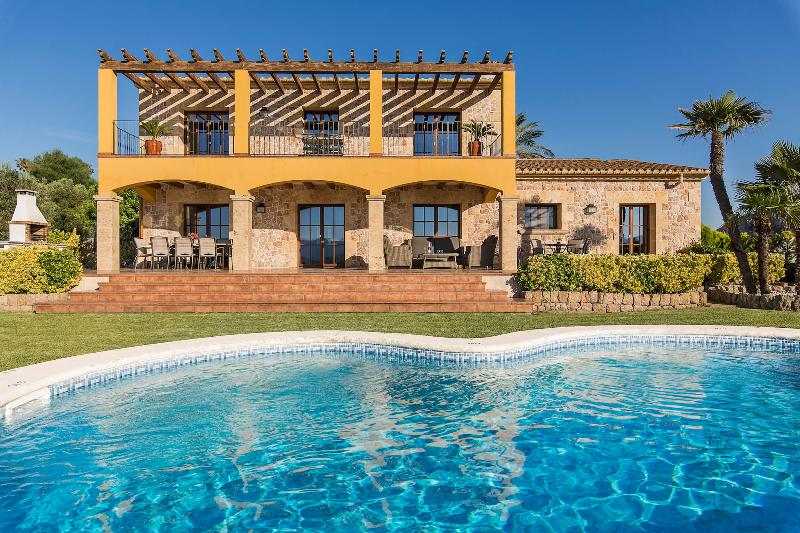 Bonnix. Stunning luxury villa located between Alcudia and Pollensa for 8 people., vacation rental in Alcudia