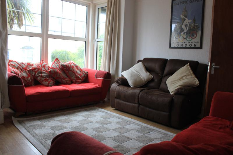 Lounge with 3 settees