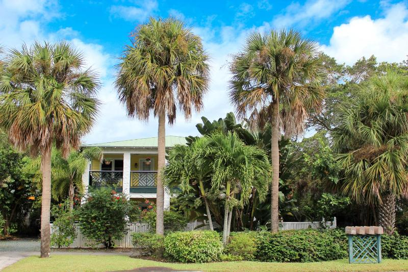 Pineapple Manor  -  Vacation Apartment 'D', casa vacanza a Melbourne Beach