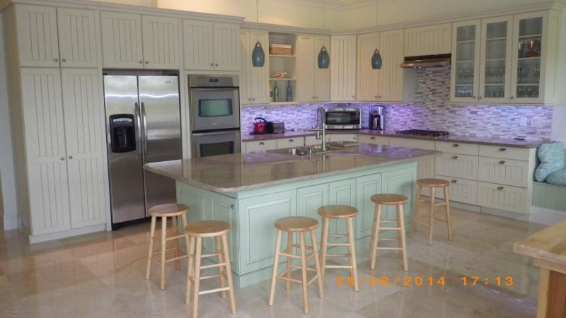 appareils modernes en acier inoxydable, inc. lave-vaisselle, micro-ondes, double four, réfrigérateur-congélateur.