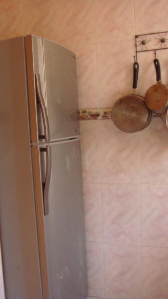 la cuisine ,le frigo congélateur, casserolles inox