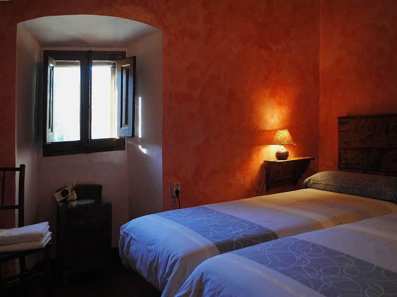 Quarto duplo com 2 camas de solteiro e banheiro para uso exclusivo fora do quarto