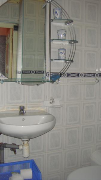 Bad, wastafel en verlichte spiegel