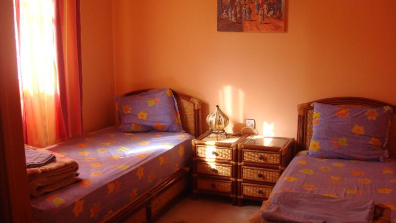 Kamer twee bedden voor 1 persoon, een kinderbed op de voorkant (optioneel)