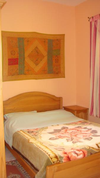 Slaapkamer 1 bed 2 personen een drie kabinetsdeuren 2 Nachtkastjes