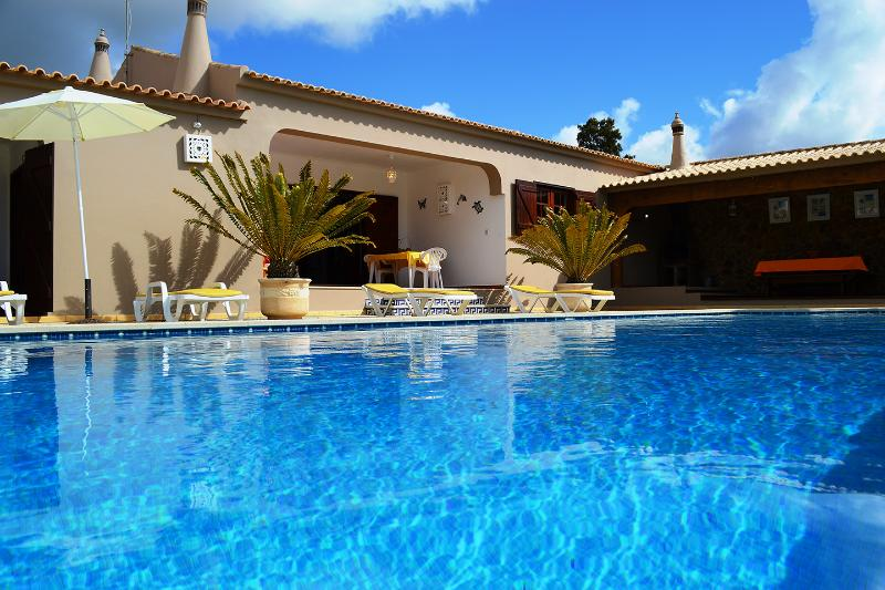 VILLA  with Large Garden  Areas, Jacuzzi and Privat  SwimmingPool, holiday rental in Faro District
