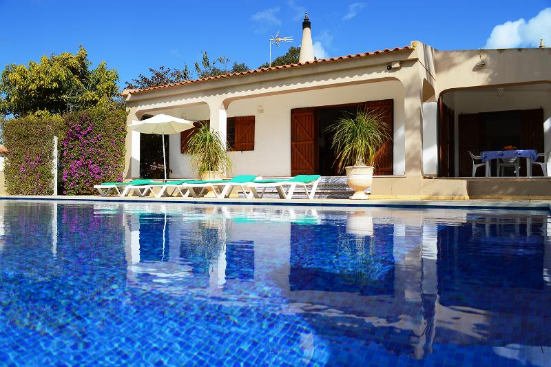 VILLA  with Large Gardens,Jacuzzi and Privat Heated Pool, holiday rental in Espiche