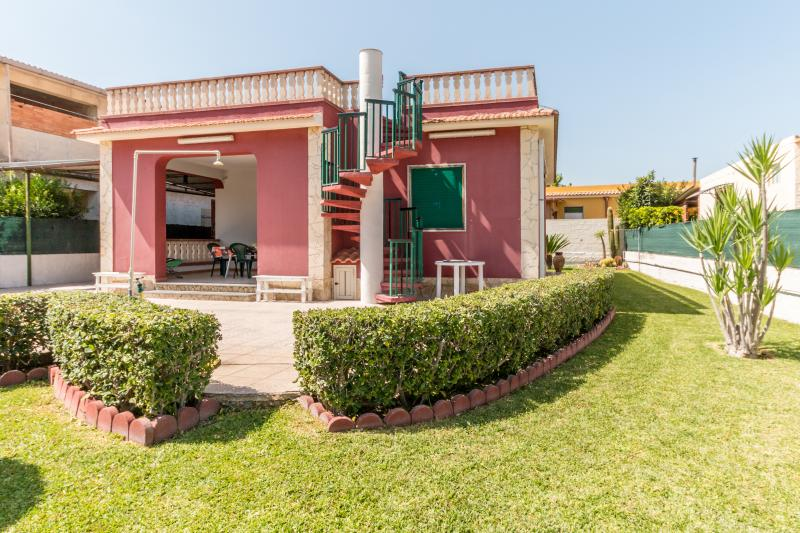 RED-HOUSE near the sea & wi.fi, holiday rental in Noto