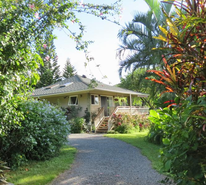 Private, Romantic Cottage, Panoramic Ocean View, King-Bed, Hot Tub, alquiler de vacaciones en Makawao