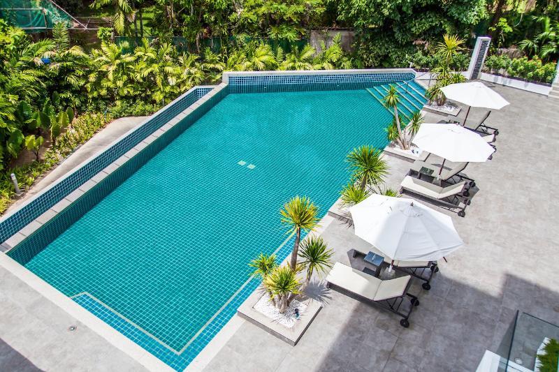 Disfrute de una piscina de café o darse un chapuzón en la piscina compartida en nuestros condominios con servicio ejecutivos en Phuket.