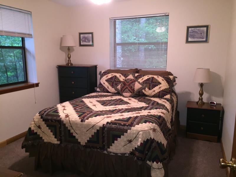 Deuxième chambre au rez-de-chaussée avec lit Queen