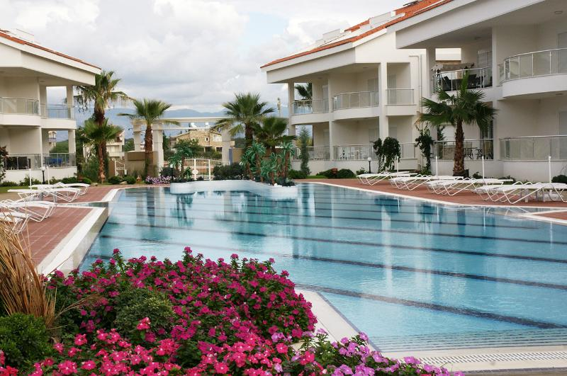 Vista de la piscina principal amplia con vistas a la página de inicio