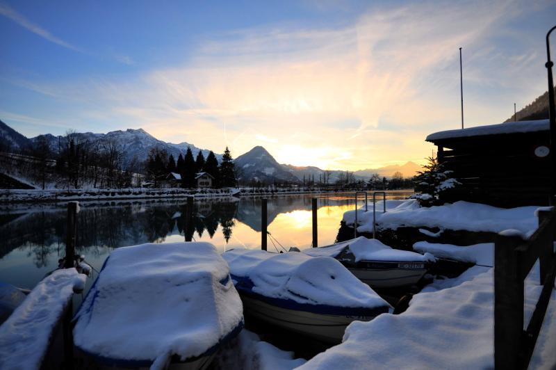 Opinião do inverno no caminho a pé mesmo ao lado da casa de barco