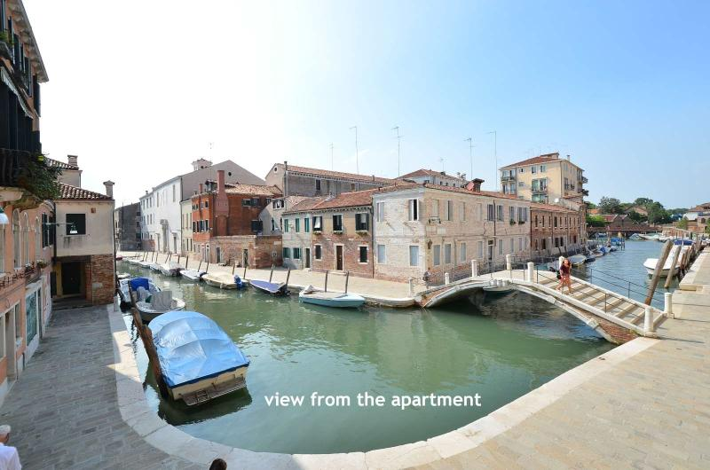 apartment in a conveniently-located, quiet area with a nice canal view, mobile air conditioning,wifi