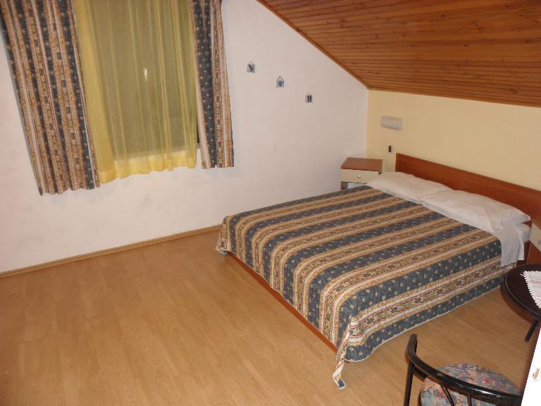 A8(2+2): bedroom