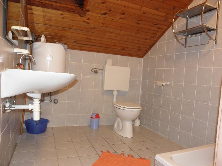 A8(2+2): bathroom with toilet