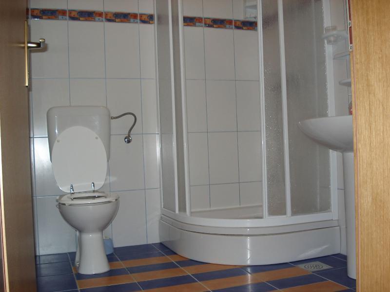 A2 (2 + 2): baño con inodoro.