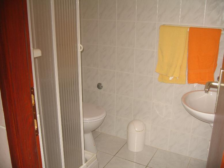 SA1(3): bathroom with toilet