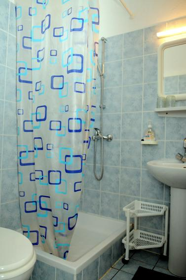 R2 Mala (2): baño con inodoro.