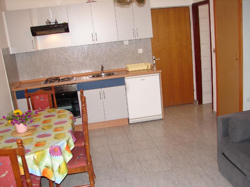 A3 Prizemlje (2+1): kitchen and dining room
