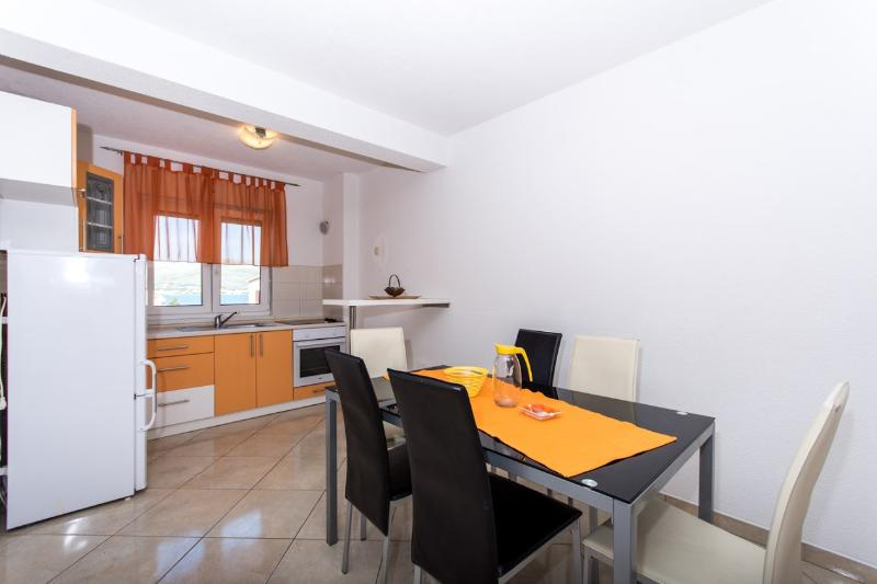 Lero1(4+2): kitchen and dining room