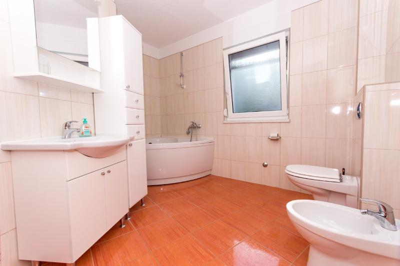Lero1(4+2): bathroom with toilet