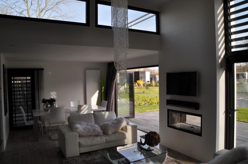 Brandnew (january 2014) luxurious villa only 10 minutes by train/car from Amsterdam + Haarlem