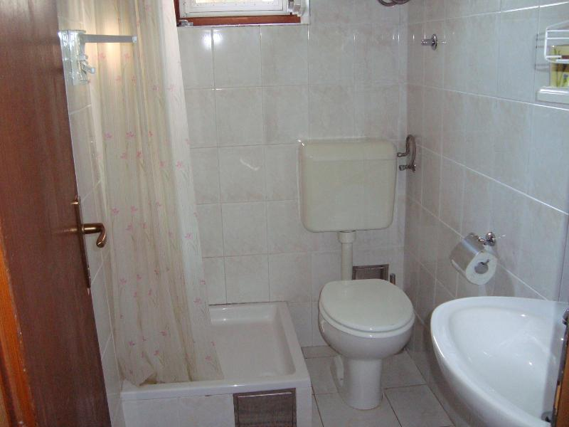 H(2+2): bathroom with toilet