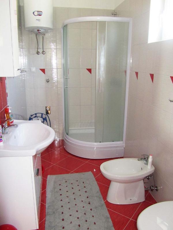 A2 (2 + 4): baño con inodoro.