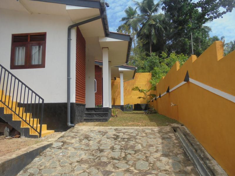 2 bedrooms. one kitchen, sitting room, verendha., holiday rental in Baddegama