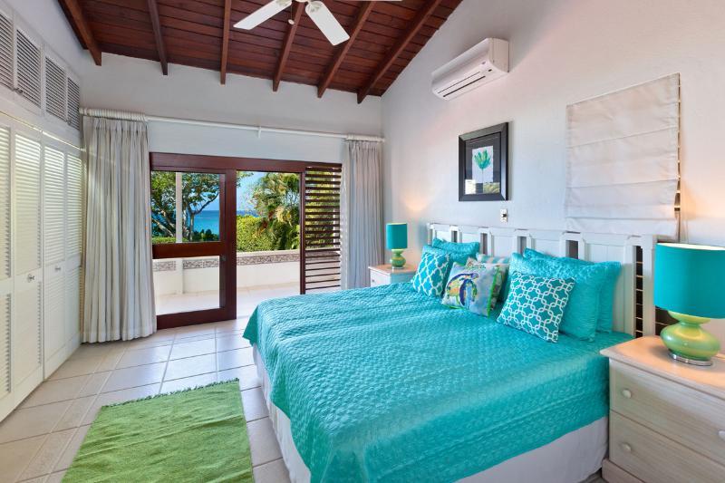 Segundo dormitorio con dos camas individuales, A / C, baño en suite y acceso al patio