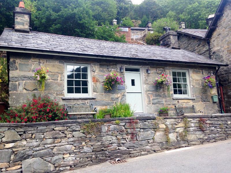 Dolydd Cottage fachada orientada al sur con asientos