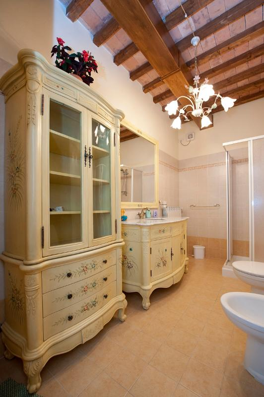 The bathroom in the Leonardo's apartment