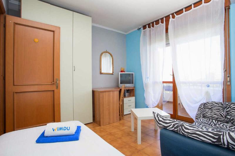 Room single bed with balcony in private apartment Chalet in Rome