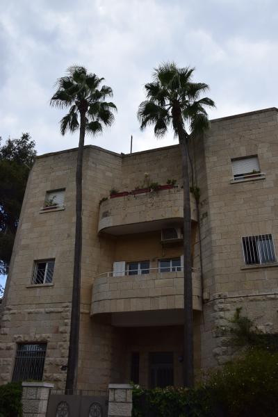 Ancien style Jérusalem bâtiment pittoresque, vue sur le balcon et un appartement au dernier étage