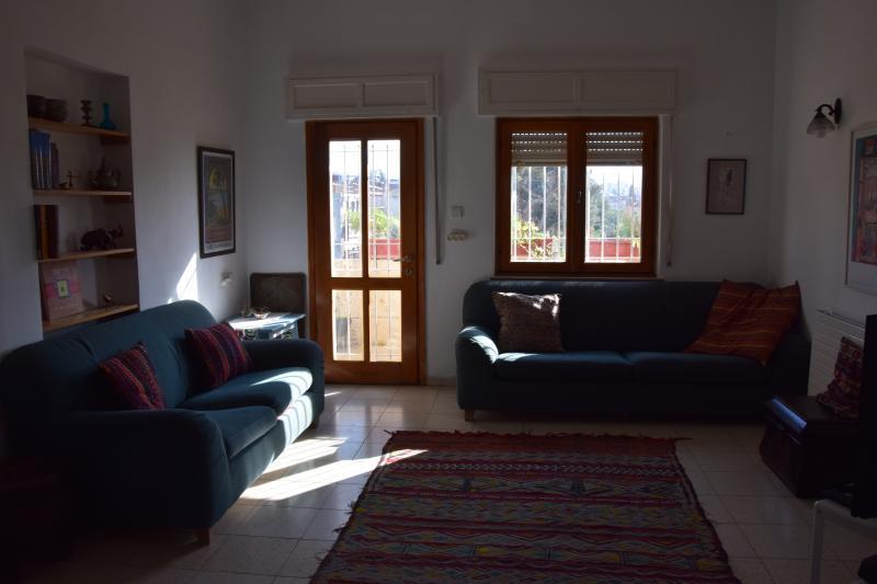 La salle de séjour avec vue sur la porte du balcon