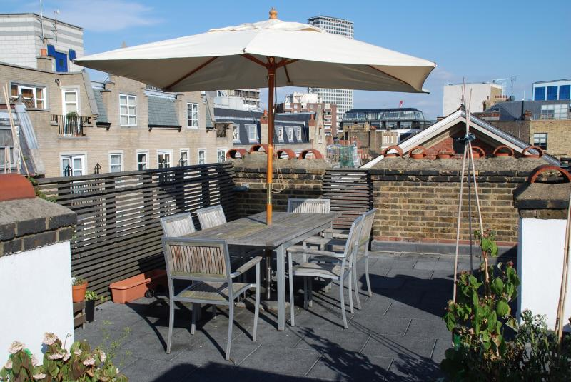 The apartment is perfectly located, just a few steps from a peaceful roof terrace with furniture.