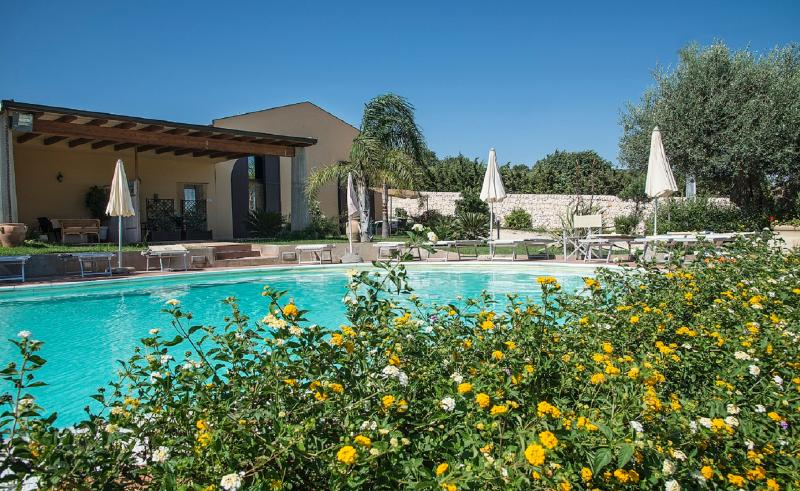 FLAT  ROSSO BAROCCO IN VILLA SHARED-POOL, vacation rental in Sampieri