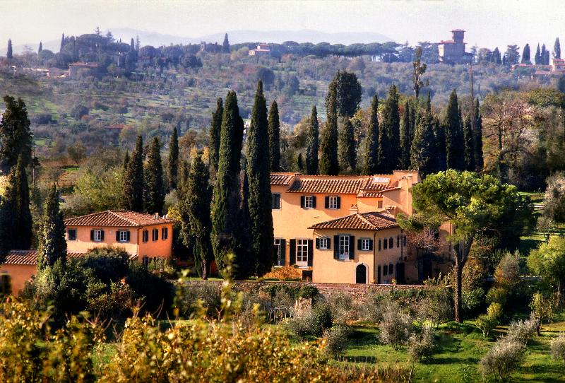 ONE MILE FROM HEART OF DOWNTOWN FLORENCE, STUNNING 5BD-5BA VILLA W/ HEATED POOL!, holiday rental in Galluzzo