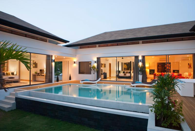 luxueuse villa 4 chambres ,piscine,5min de la plage, holiday rental in Talat Nuea