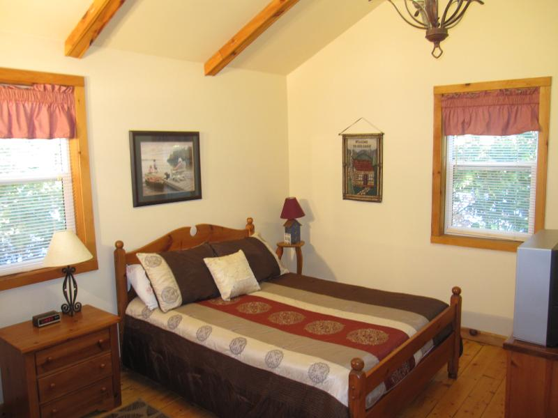Large 2nd bedroom with Queen bed (TV/DVD)