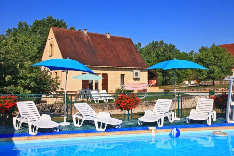 Gite Beynac avec piscine chaude collective, location de vacances à Orliaguet