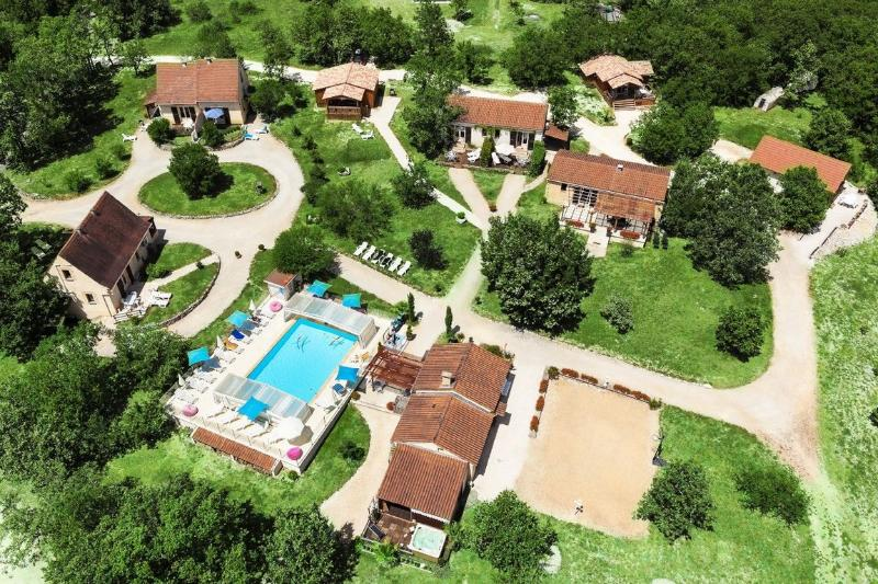 Chalet Genévrier avec piscine chauffée, holiday rental in Orliaguet