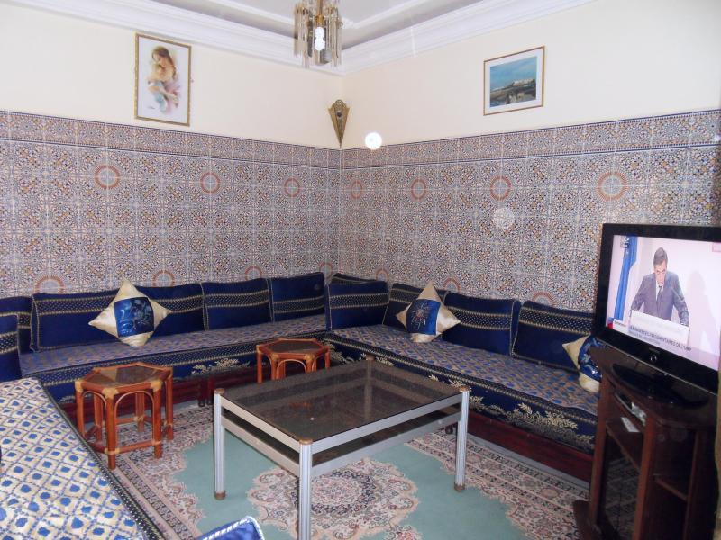 le salon marocain,la télé écran plat 82 cm satellite TNT, DVD et fims