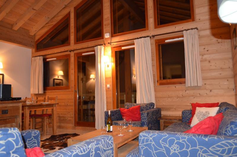Luxuriöse Loft-Stil-Wohn- und Esszimmer mit doppelter Höhe top Stock Verglasung