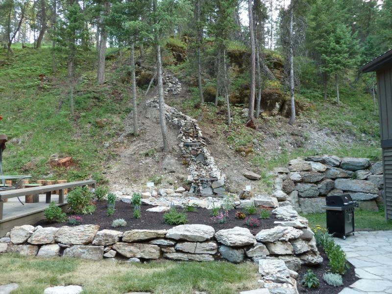 Word wakker met het geluid van water spatten over rots...